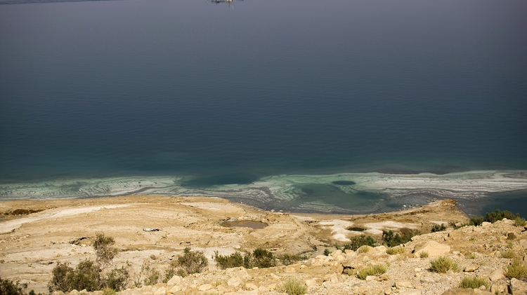 تراجع مياه البحر الميت يتسبب في تكون آبار جافة خطيرة