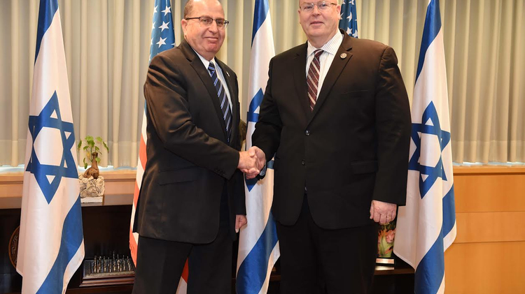 US Deputy Defense Secretary Bob Work (R) meets with Israeli Defense Minister Moshe Yaalon (L)
