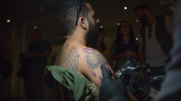 Barack Miron, tatoué par Steve Soto au Musée d'Israël à Jérusalem, le 20 Octobre 2016