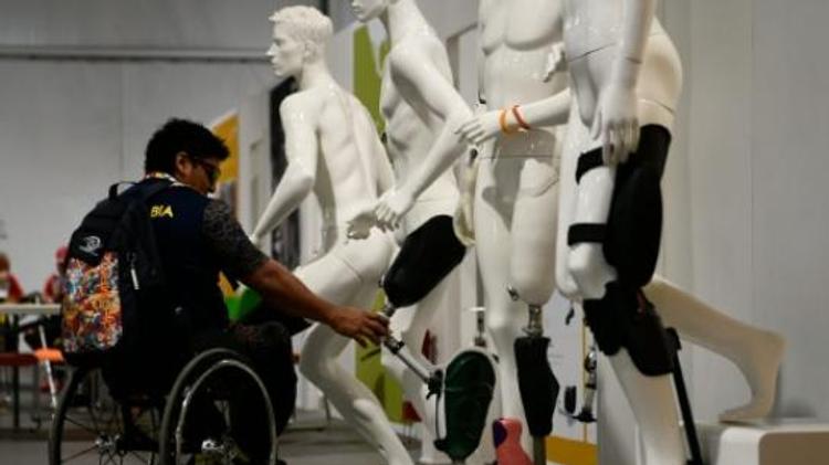 Un athlète à l'atelier du village des athlètes à Rio de Janeiro lors de Jeux paralympiques