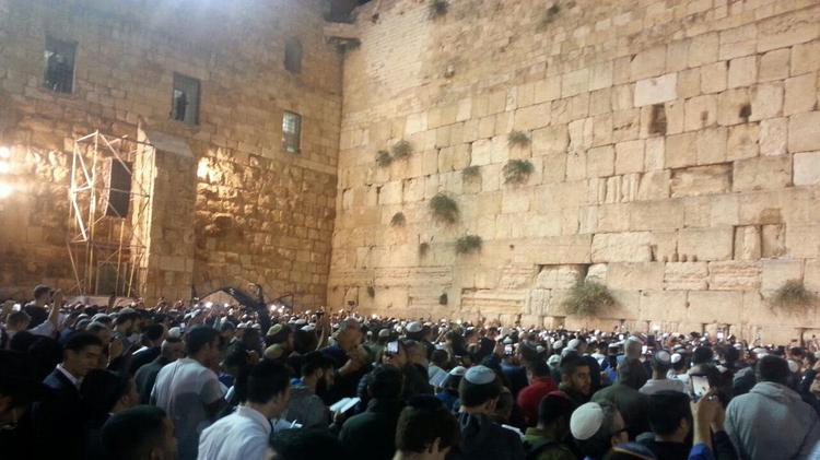 Des milliers de fidèles juifs se sont rassemblés au Mur occidental à Jérusalem lundi soir