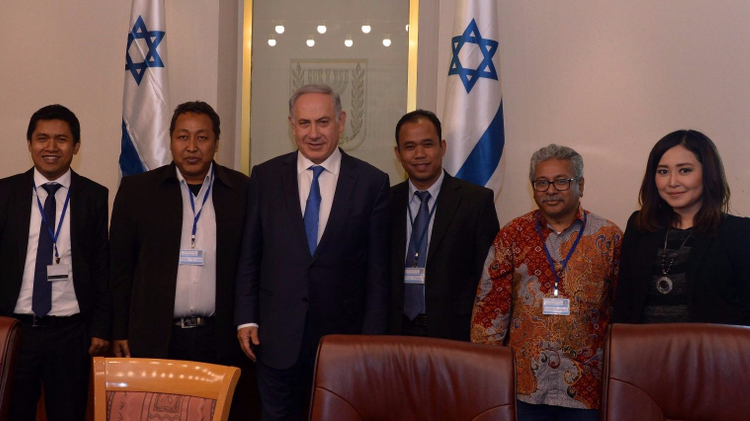 Benjamin Netanyahu with Indonesian journalists in Jerusalem March 28, 2016