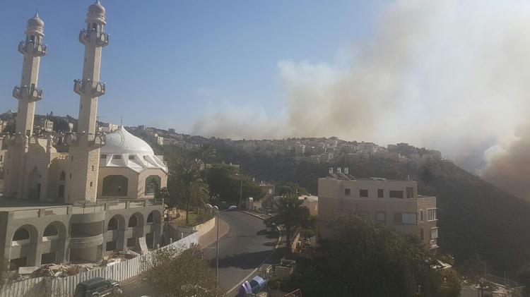 Vue sur les incendies qui frappent Haïfa depuis le quartier de Kababir