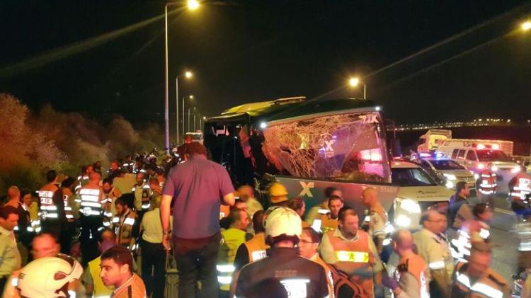 Les équipes de sauvetage sur les lieux de l'accident entre un bus et un camion dans le centre d'Israël, le 14 février 2016