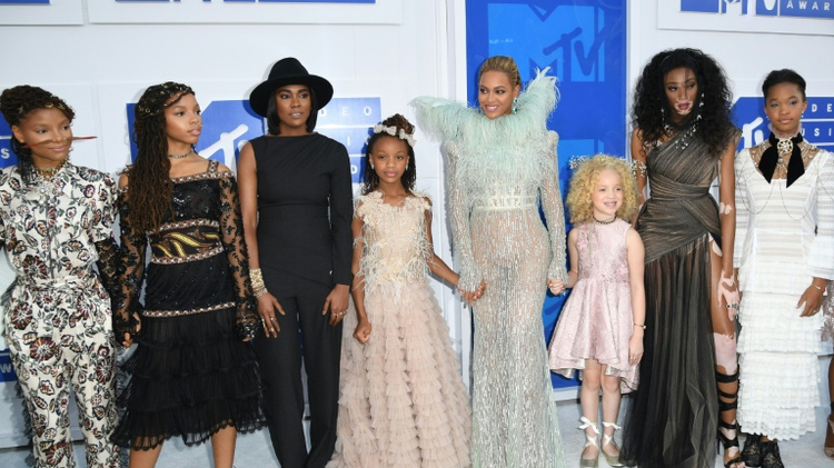 Beyonce (C) and guests arrive at the 2016 MTV Video Music Awards on August 28, 2016 at Madison Square Garden in New York