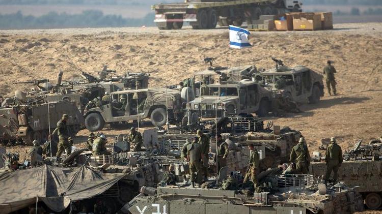 L'armée israélienne  prend position à la frontière avec la bande Gaza, le 10 juillet 2014