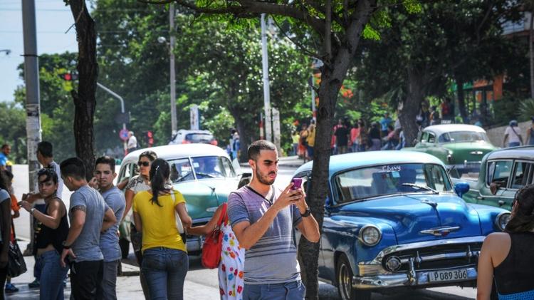 كوبي يستخدم الانترنت من خلال وايفاي في احد شوارع هافانا في 2 تموز/يوليو 2015