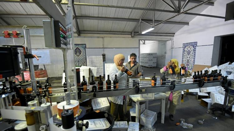 تونسيات يوضبن زجاجات النبيذ في مصنع في قرمبالية على بعد 40 كلم جنوب شرق العاصمة التونسية