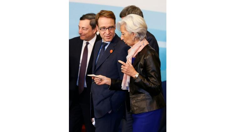 Le chef de la Bundesbank Jens Weidmann (G) écoute la directrice du FMI Christine Lagarde (D) lors du G20 à Shanghai le 27 février 2016