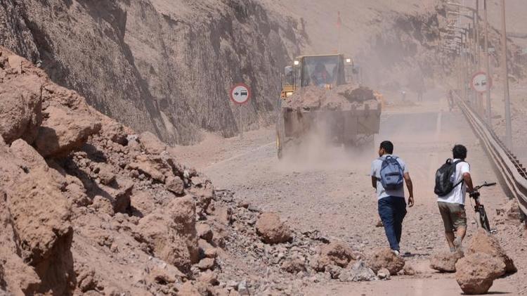 Une route bloquée par un éboulement à la suite du séisme qui a secoué le Chili, le 2 avril 2014