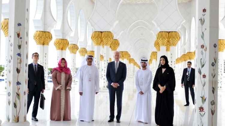 صورة من وكالة انباء الامارات لنائب الرئيس الاميركي جو بايدن خلال زيارته مسجد الشيخ زايد في ابوظبي، الاثنين 7 آذار/مارس 2016