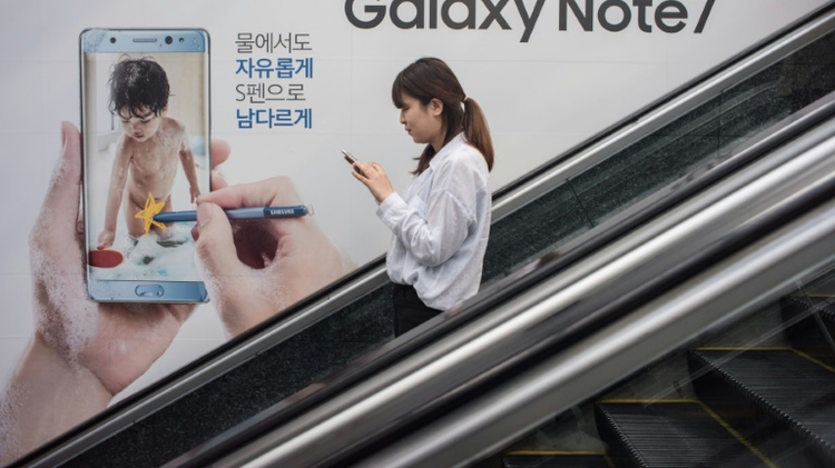"""دعت مجموعة """"سامسونغ"""" الكورية الجنوبية الثلاثاء شركاءها حول العالم الى وقف عمليات البيع والتبادلات بهواتف """"غالاكسي نوت 7"""" بسبب العطل الذي يصيب بطارياتها ويسبب بانبعاث الدخان منها، ناصحة زبائنها بـ""""اطفاء"""" الاجهزة على الفور."""