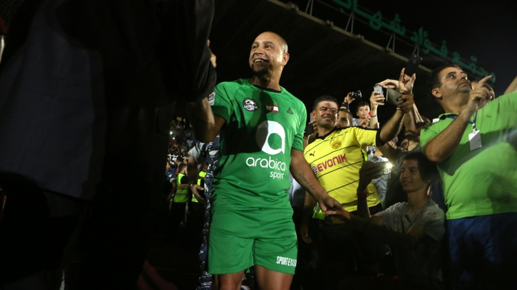 النجم البرازيلي السابق روبرتو كارلوس يدخل ارضية ملعب مجمع فؤاد شهاب في جونية في 10 ايلول/سبتمبر 2016
