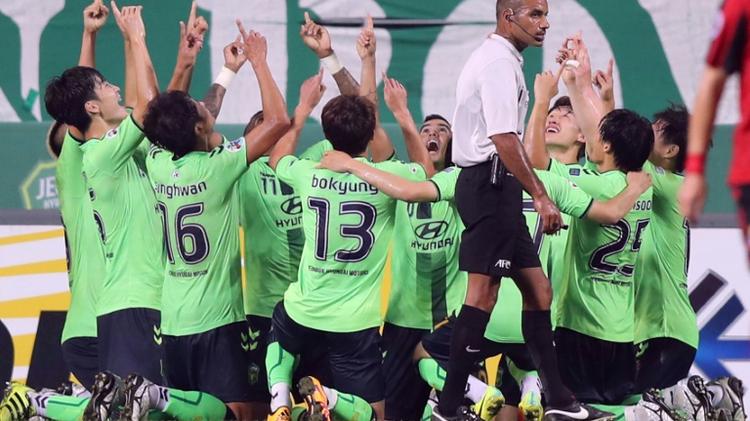 لاعبو شونبوك بحتفلون بتسجيل هدف في مرمى كلوب سيول، في جيونجو بكوريا الجنوبية، الاربعاء 28 ايلول/سبتمبر 2016