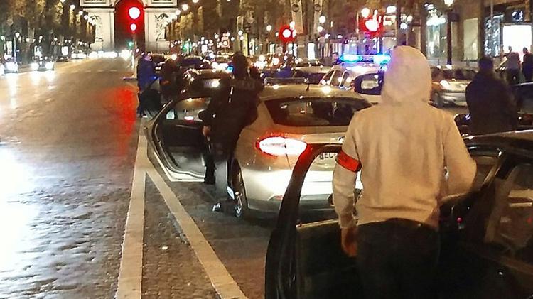 Environ 500 policiers se sont rassemblés sur les Champs-Elysées dans la nuit du 17 au 18 octobre 2016