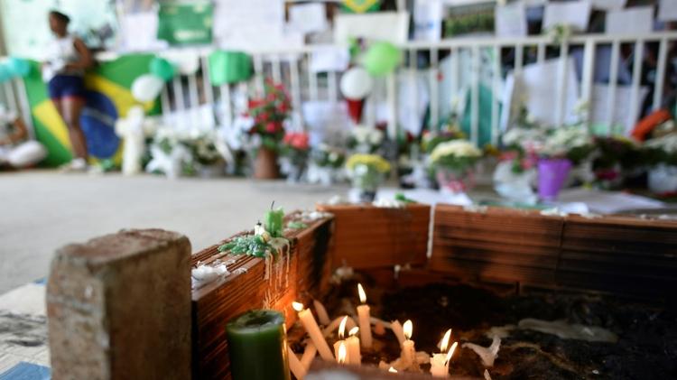 شموع في ذكرى لاعبي فريق تشابيكوينسي البرازيلي لكرة القدم الذين قضوا في تحطم طائرة في كولومبيا، في ملعب النادب في تشابيكو جنوب البرازيل، 1 ك1/ديسمبر 2016