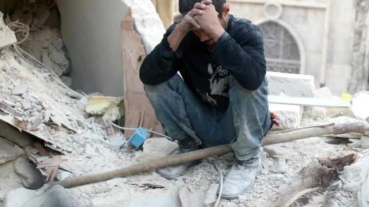 مواطن من حلب عن ركام احدى البيوت استهدفتها غارة