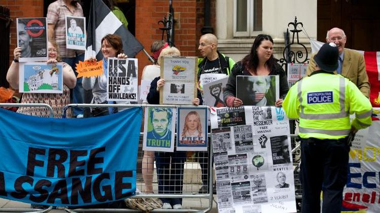 تظاهرة مؤيدة لاسانج امام سفارة الاكوادور في لندن
