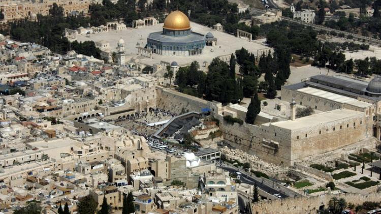 Le Mont du Temple, où se trouve le Mur occidental, lieu saint des Juifs, surmonté de l'Esplanade des Mosquées, lieu saint pour les musulmans