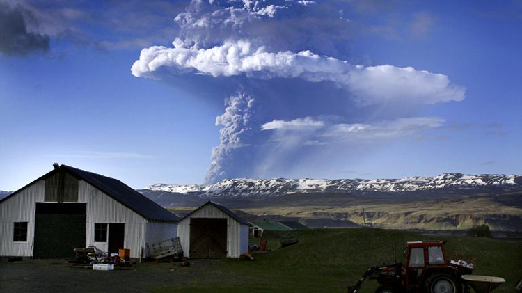Picture taken on May 21, 2011 shows a cloud of smoke and ash over the Grimsvoetn volcano on Iceland