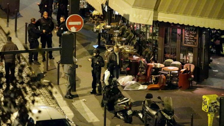 Des victimes allongées sur le sol après les attaques terroristes le 13 novembre 2015 à Paris