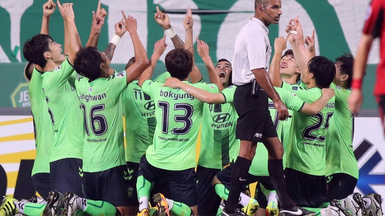 South Korea's Jeonbuk Hyundai Motors players celebrate a goal of midfielder Leonardo Rodrigues Pereira against South Korea's FC Seoul during their semi-final first leg football match of the AFC Champions League in Jeonju on September 28, 2016