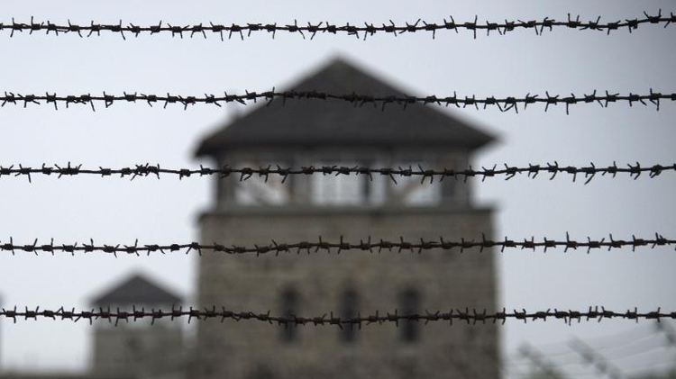 Barbelés entourant l'ancien camp de concentration de Mauthausen près de Linz dans le nord de l'Autriche