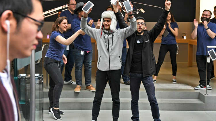 First customers hold their new iPhone 7 as they leave Apple's flagship store in Sydney, on 16 September, 2016