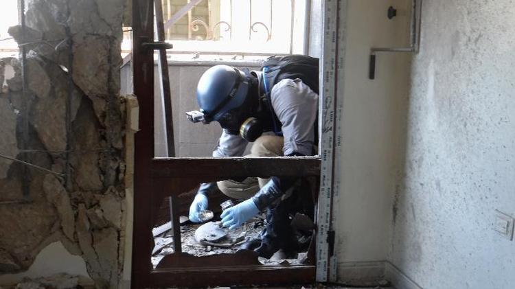 Un expert de l'Onu collecte le 29 août 2013 des débris sur les lieux de l'attaque aux armes chimiques, à proximité de Damas, en Syrie
