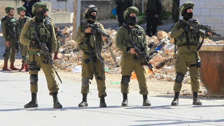 جنود اسرائيليون في مستوطنة كريات اربع في الضفة الغربية