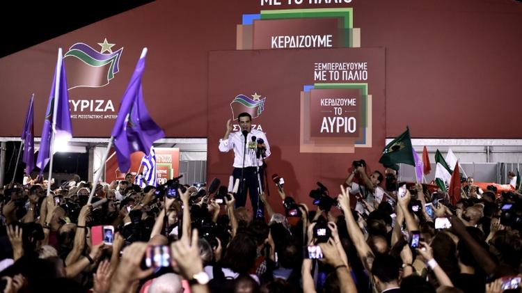 زعيم حزب سيريزا الكسيس تسيبراس يحتفل مع انصاره بالفوز في الانتخابات التشريعية في اليونان في 20 ايلول/سبتمبر 2015