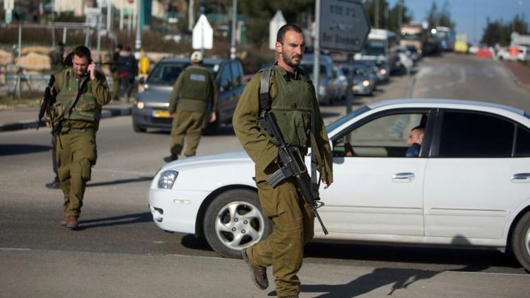 Des soldats israéliens patrouillent près du carrefour de Goush Etzion en Cisjordanie, le 5 janvier 2016