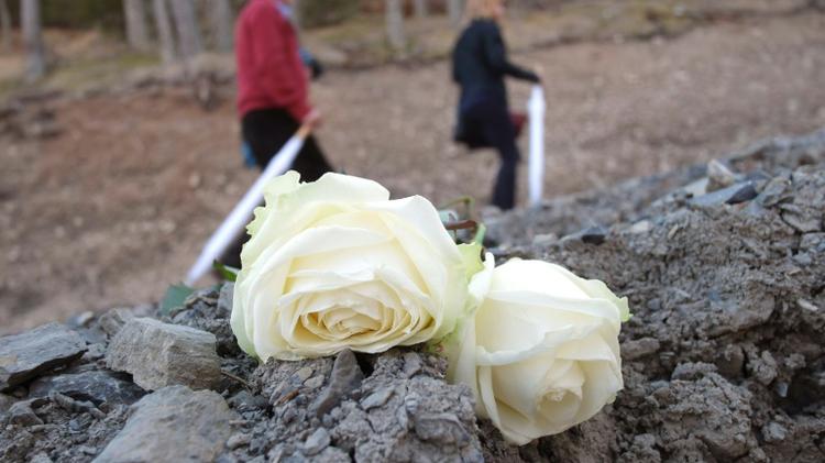 اقارب عائلات الطائرة المنكوبة يضعون الزهور في الموقع