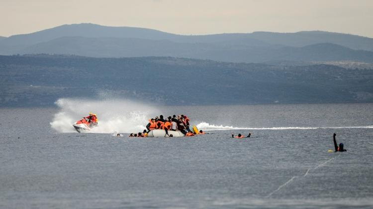 Un bateau de sauvetage aide des migrants naufragés, en Méditerranée près de l'île de Lesbos, le 25 novembre 2015