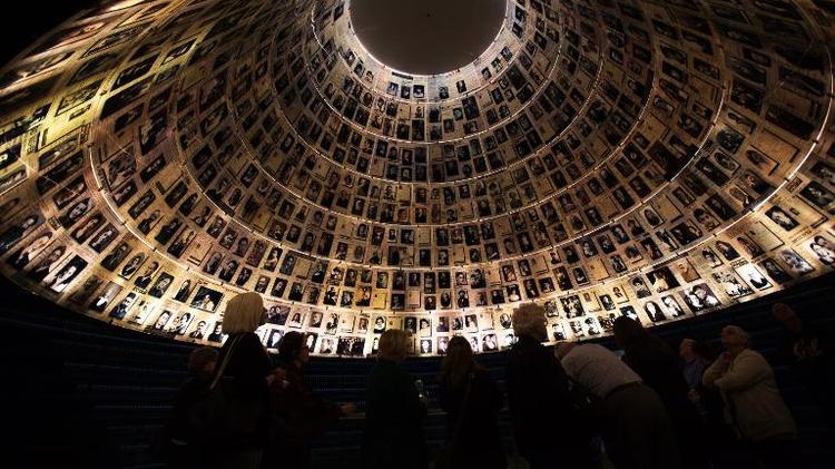 Des photos de victimes de l'Holocauste au mémorial de Yad Vashem à Jérusalem, le 26 janvier 2014