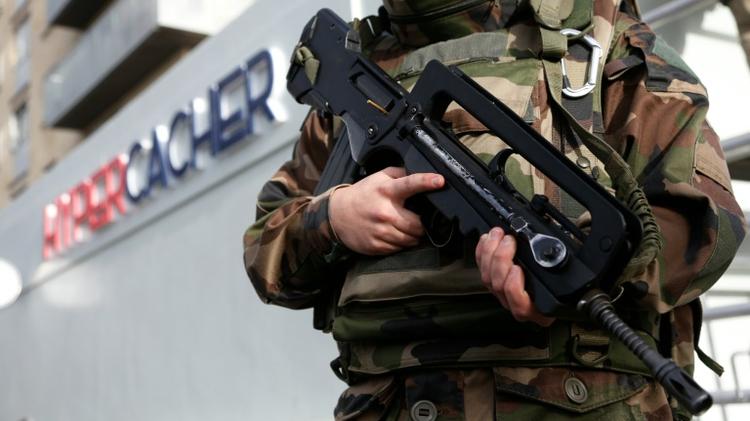 Un militaire devant l'hyper cacher de la porte de Vincennes le 4 janvier 2016 à Paris