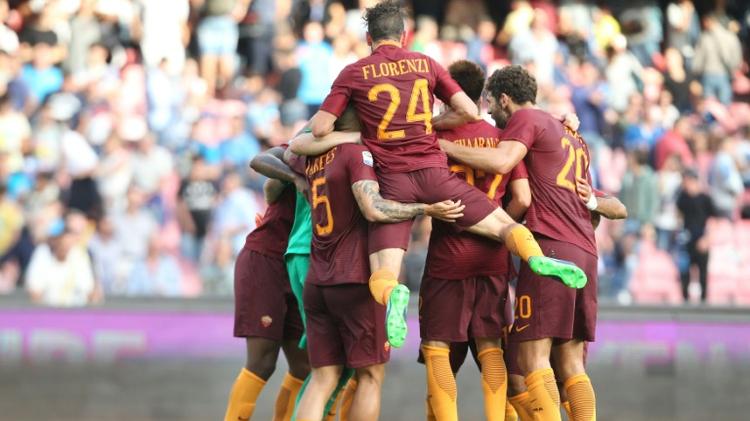 لاعبو روما يحتفلون بالفوز على نابولي في افتتاح المرحلة الثامنة من الدوري الايطالي