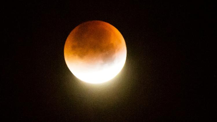 La super Lune durant une éclipse totale se lève le 28 septembre 2015 à Godewaersvelde, dans le Nord