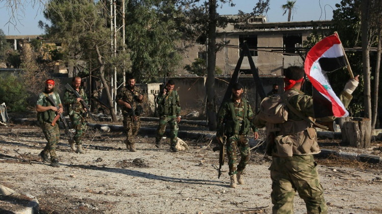 قوات النظام السوري في حي العويجة في حلب بعد استعادة السيطرة عليها من الفصائل المعارضة، في 8 تشرين الاول/اكتوبر 2016