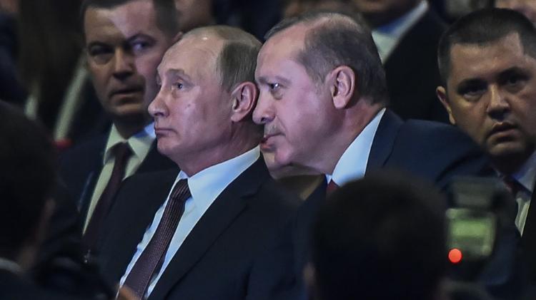 Le président russe Vladimir Poutine et son homologue turc Recep Tayyip Erdogan (D), lors du 23e Congrès mondial de l'Energie, le 10 octobre 2016 à Istanbul