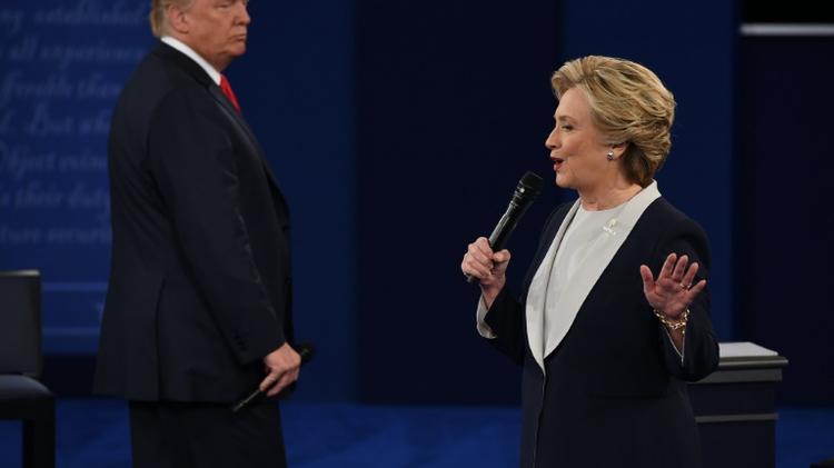 كلينتون وترامب خلال المناظرة الثانية في جامعة واشنطن بسانت لويس بولاية ميزوري الاحد 9 تشرين الاول/اكتوبر 2016