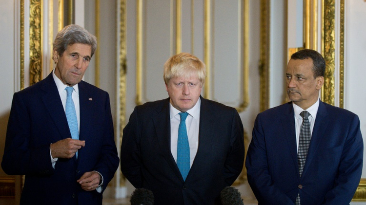 وزير الخارجية الاميركي جون كيري (يسار) والى جانبه نظيره البريطاني بوريس جونسون و موفد الامم المتحدة الى اليمن اسماعيل ولد الشيخ احمد (يمين) في لندن في 16 تشرين الاول/اكتوبر 2016