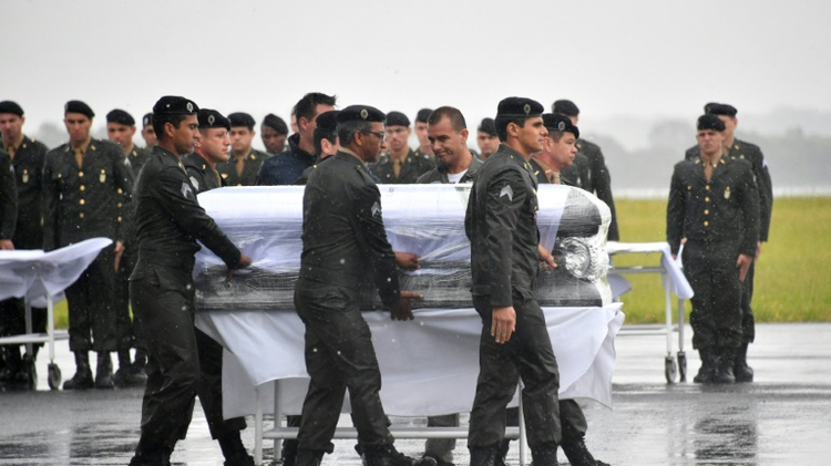 The coffin of one of the 50 members of the Chapecoense Real football team killed in a plane crash in Colombia, arrives at Chaeco airport in southern Brazil, on December 3, 2016