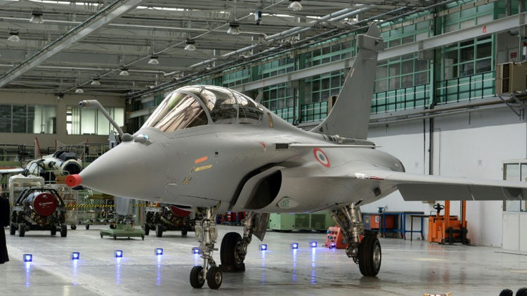 طائرة رافال مقاتلة في مصنع في جنوب غرب فرنسا