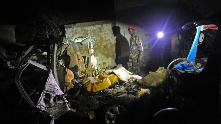جندي صومالي في موقع انفجار سيارة مفخخة امام مطعم على شاطئ في مقديشو، الخميس 25 آب/اغسطس 2016