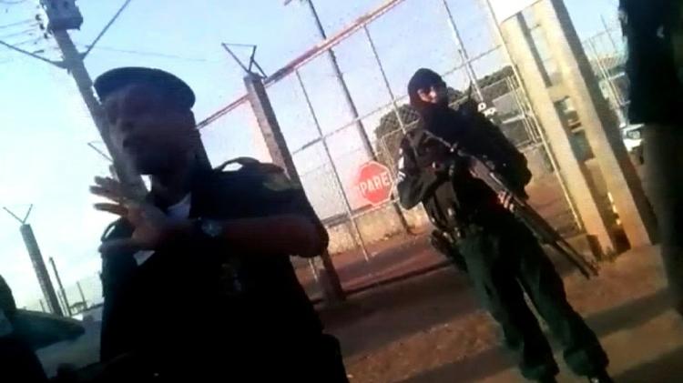 لقطة من فيديو لصحيفة بوا فيستا تظهر حارسين عند مدخل سجن اغريكولا دي مونتي كريستو في 16 تشرين الاول/اكتوبر 2016