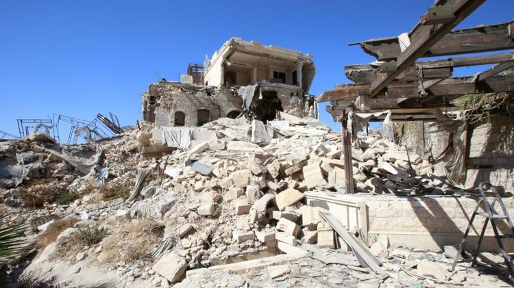 انقاض فندق كارلتون المدمر في حلب، في الجزء الخاضع لسيطرة القوات الحكومية من المدينة، في 16 ايلول/سبتمبر 2016