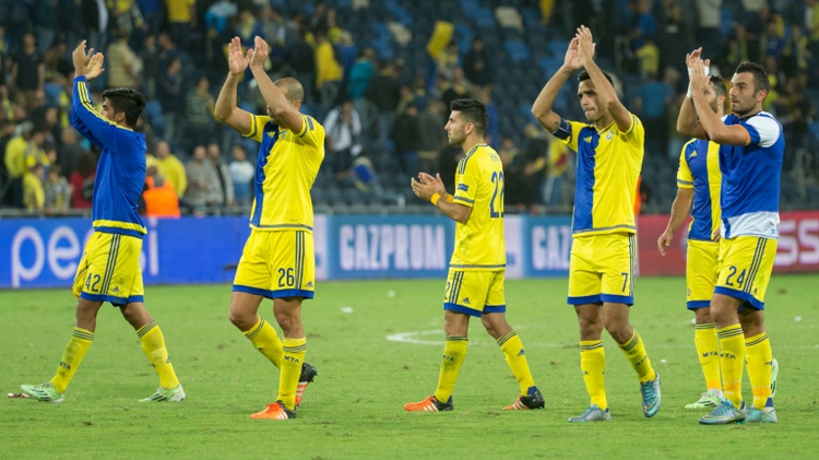 Maccabi Tel Aviv players greet their supporters at the end of the Champions League group G match against Porto in Haifa on November 4, 2015