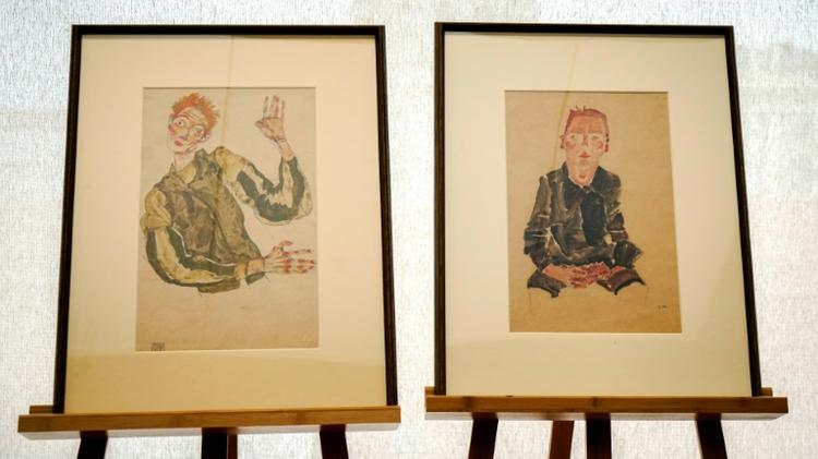 """Les dessins rehaussés d'aquarelle d'Egon Schiele, """"Garçon assis avec les mains croisées"""" et """"Autoportrait aux coudières"""", présentés à Vienne en Autriche le 7 avril 2016, vont être restitués à l'héritière d'un collectionneur spolié"""