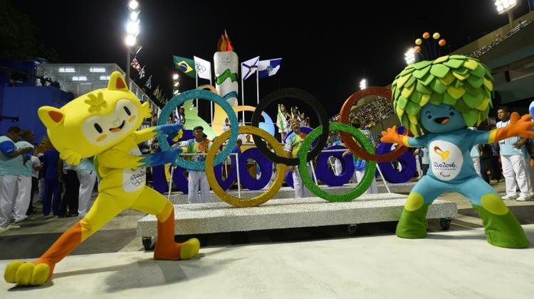 Les mascottes des Jeux olympiques (g) et paralympiques (d) de Rio 2016, à Rio de Janeiro, le 7 février 2016
